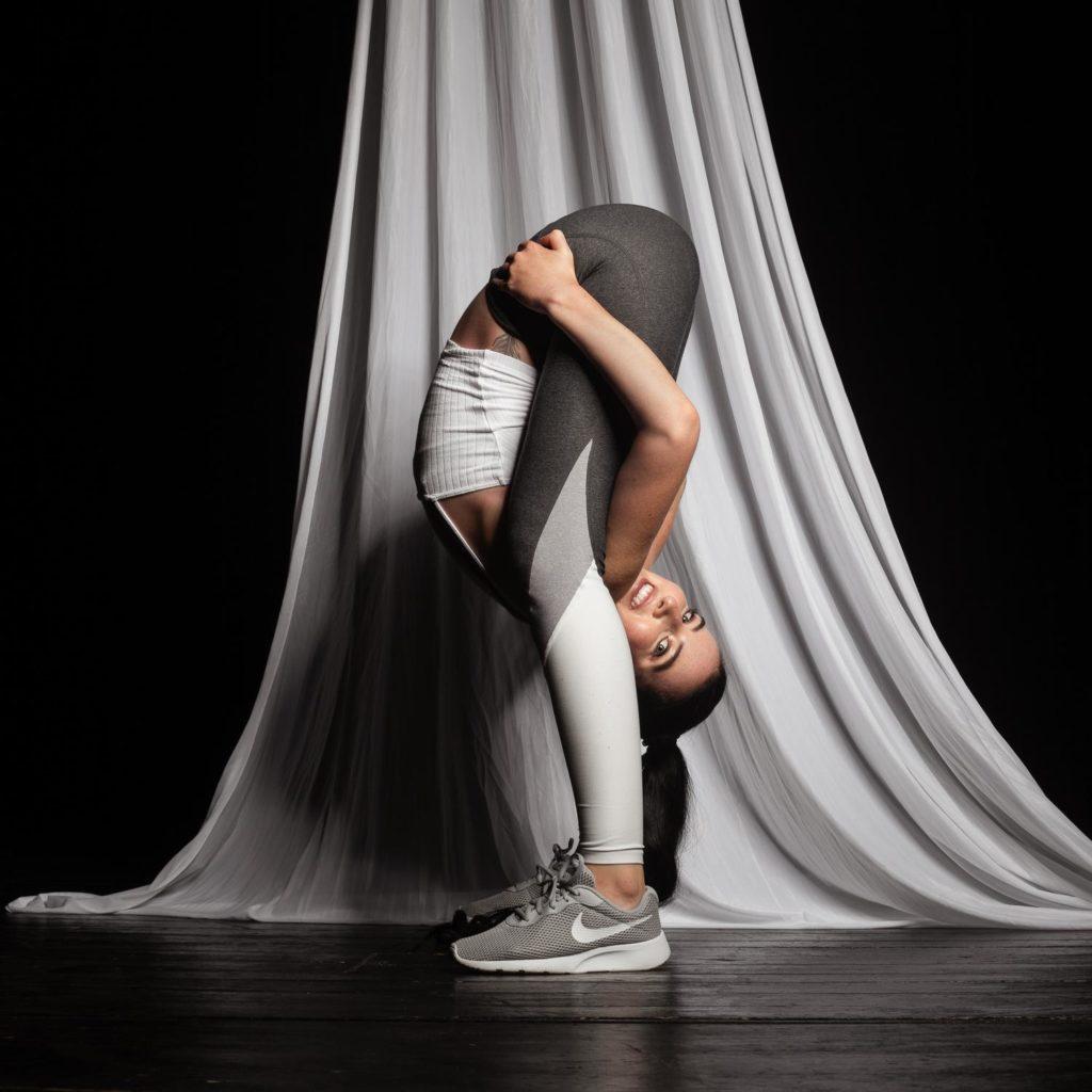 Dehnungsuebungen Merith Seibert im Circus Center Bruck/Mur
